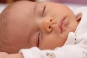 Если малыш проспал больше 2-3 часов подряд, его необходимо покормить